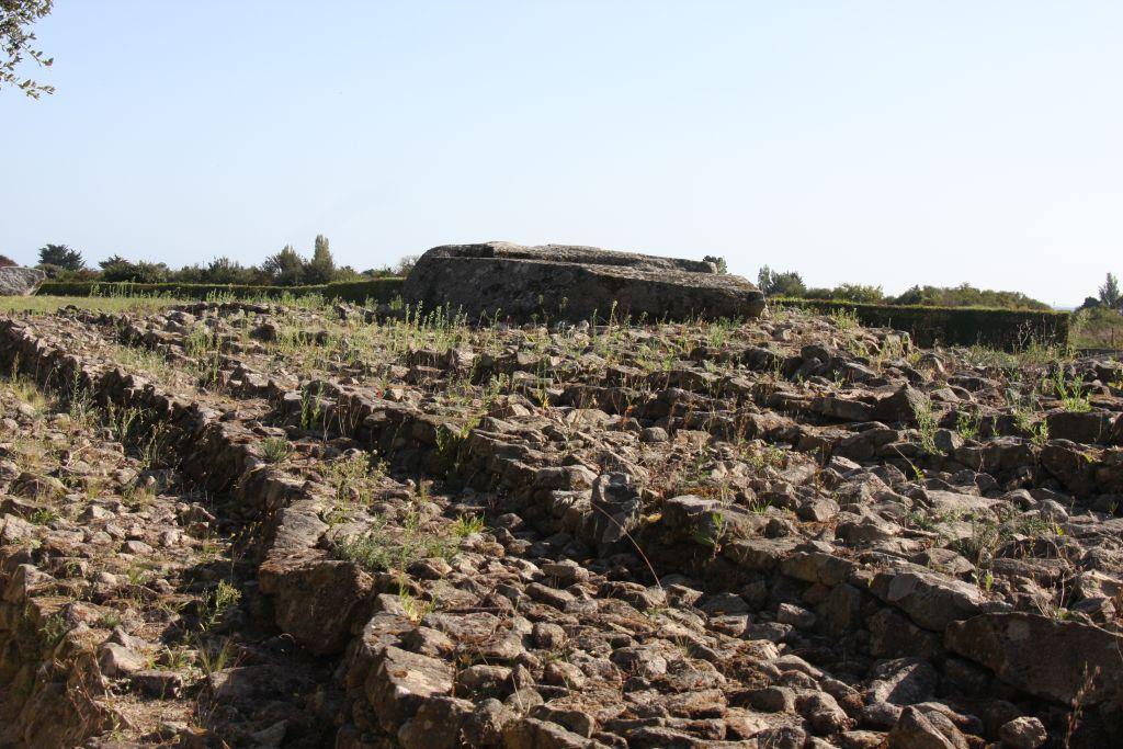 Tumulus Er Grah mit Deckplatte der Grabkammer in Locmariaquer, dem Megalithenmuseum der Superlative