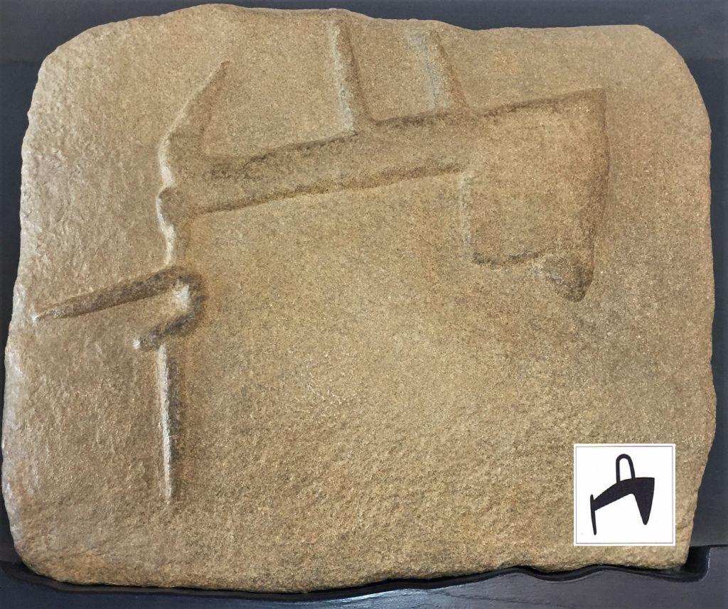 Miniaturausschnitt der Gravur auf dem Grand Menhir brisé in Locmariaquer im Megalithenmuseum der Superlative