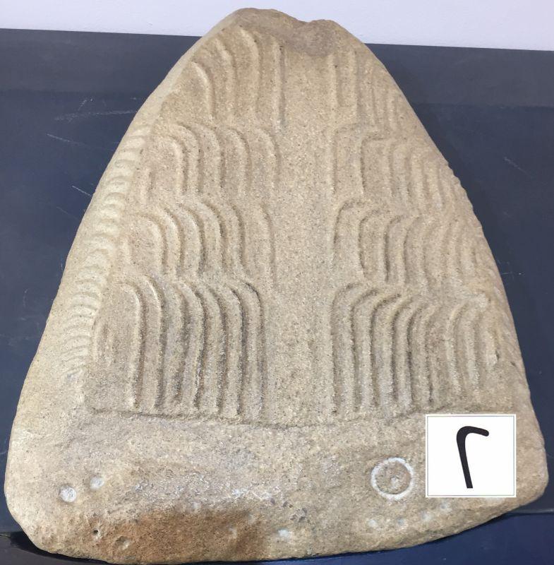 Miniatur der gravierten Frontplatte im Tumulus des Dolmen Table des Marchand in Locmariaquer