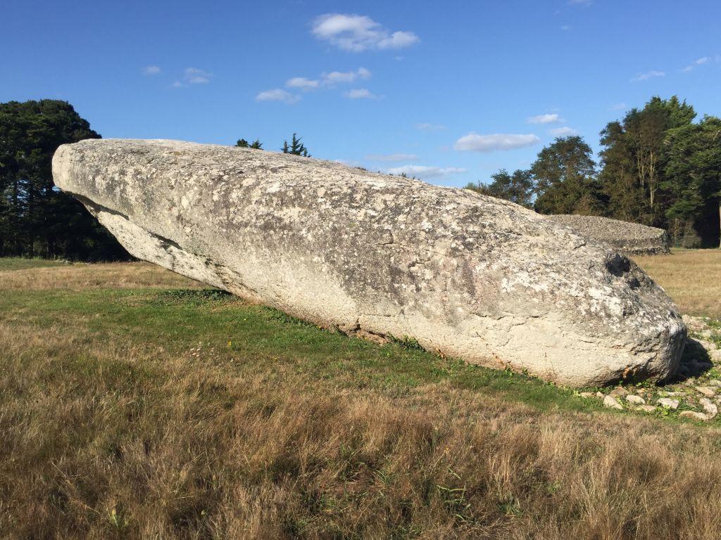 Der große, zerbrochene Menhir in Locmariaquer im Megalithenmuseum der Superlative
