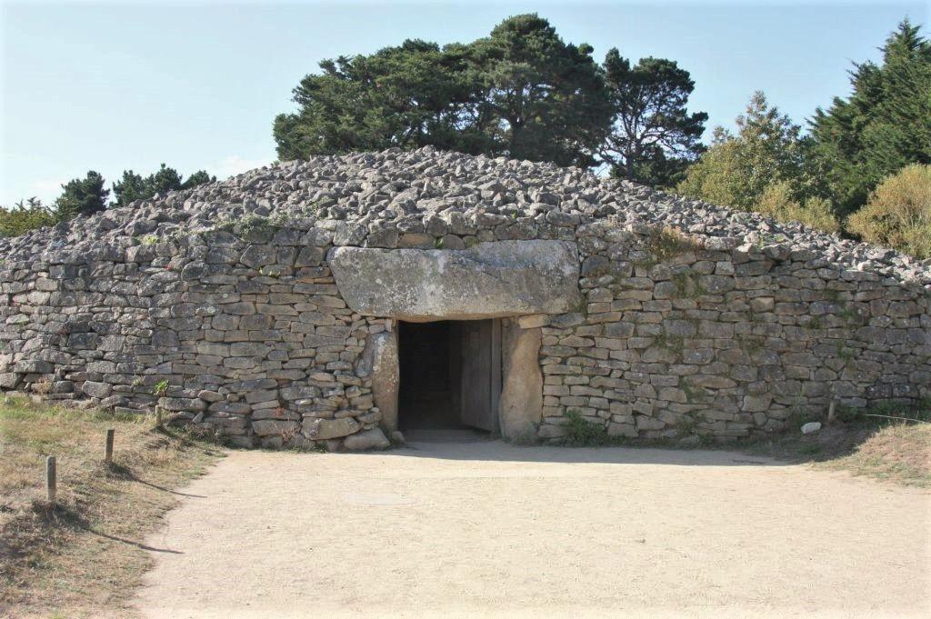 Eingang zum Dolmen Table des Marchand im Megalithenemuseum von Locmariaquer, Bretagne
