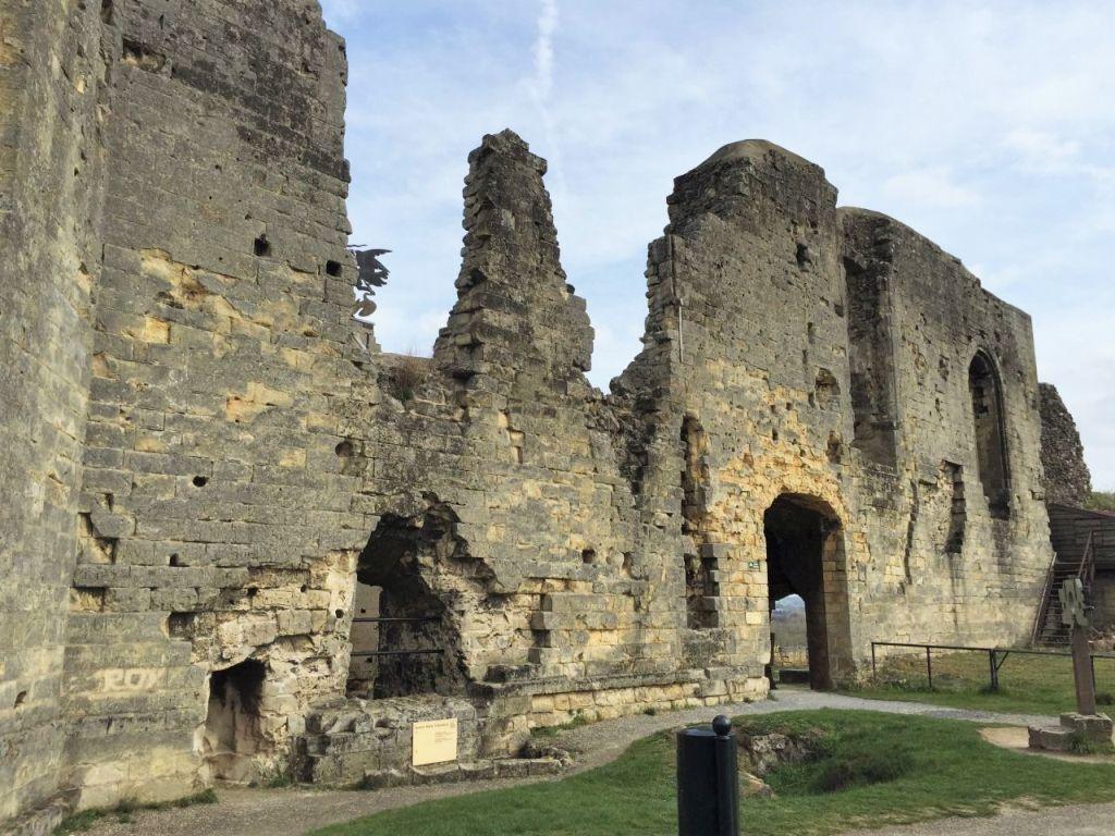 Außenansicht der Mauerfragmente des grossen Rittersaals der Hoehenburg Valkenburg in Suedlimburg