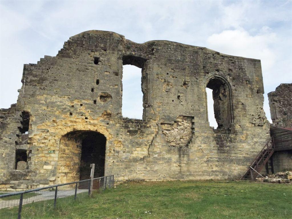 Außenansicht der Mauerfragmente des Rittersaals der Valkenburg in Suedlimburg