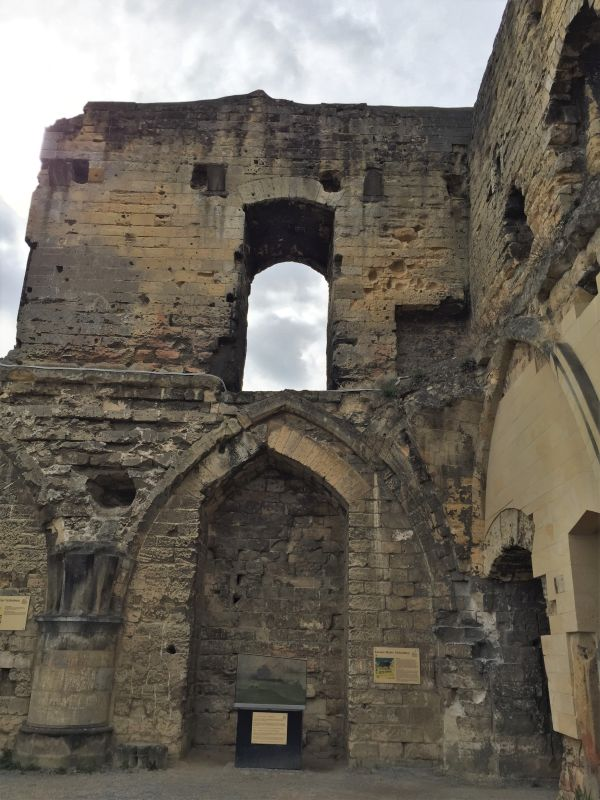 Ruinen der Kapelle der Hoehenburg Valkenburg in den Niederlanden