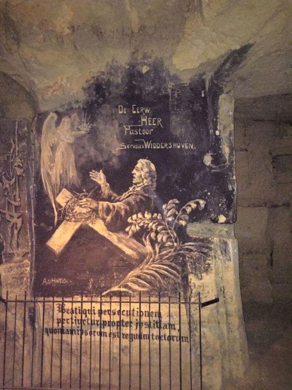 Bild des Pastors Widdershoven auf der Mergelwand in der Fluweelengrotte in Valkenburg