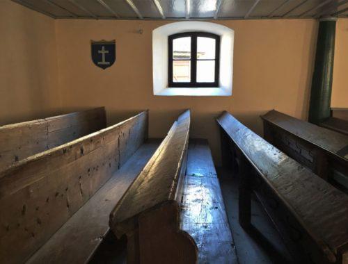 alte Kirchenbaenke in der evangelischen Kirche von Wolkendorf