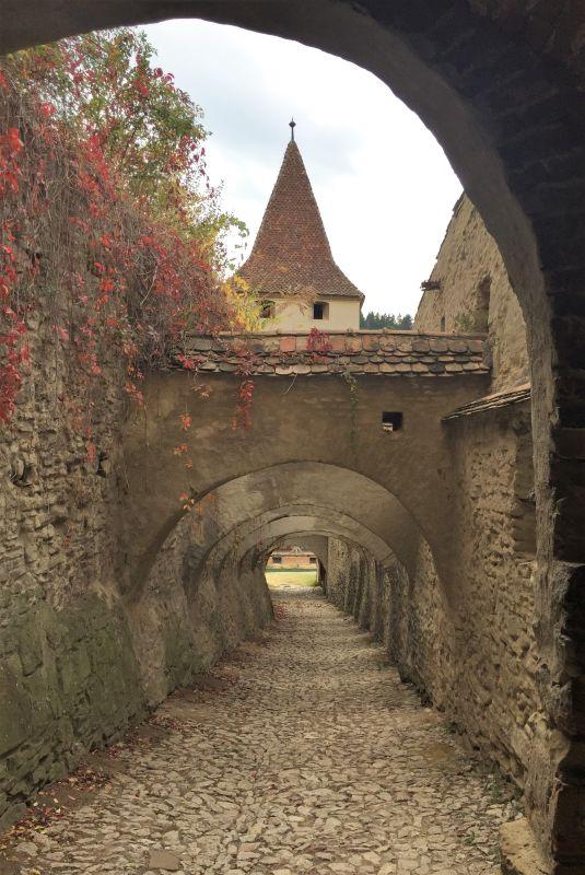 Bogengang zwischen innerem und aeusserem Mauerring der Kirchenburg von Birthaelm
