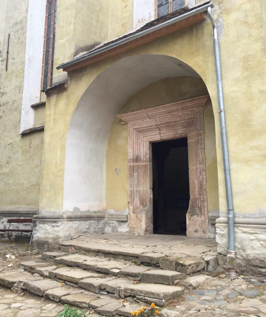 Renaissance-Portal an der Nordfassade der evangelischen Kirche von Birthaelm