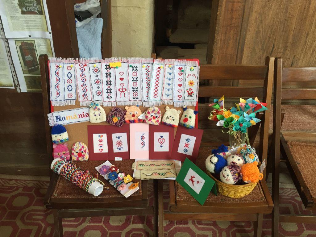 Handarbeiten, die in der Wehrkirche von Birthaelm zum Verkauf angeboten werden