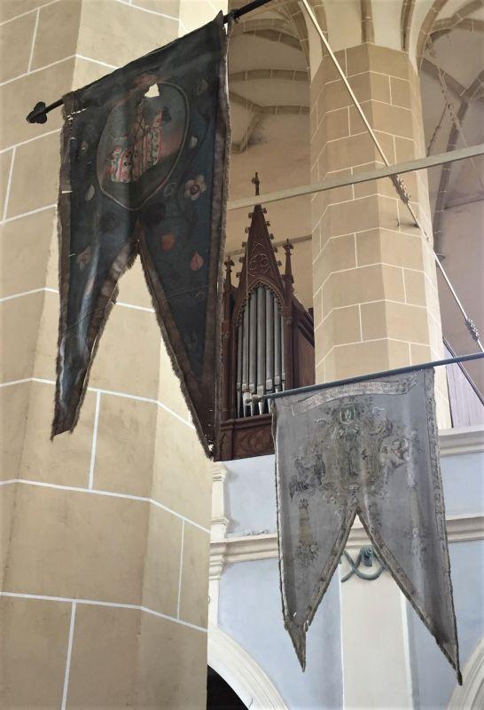 Zunftfahnen in der Kirche von Birthaelm