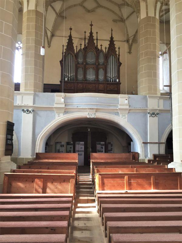 Hauptschiff und Orgel auf der Empore der Sachsenkirche von Birthaelm