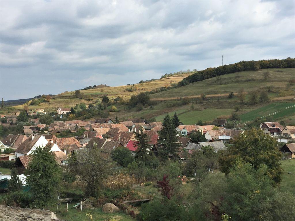 Blick von der Kirchenburg auf das Dorf Biertan in Siebenbuergen