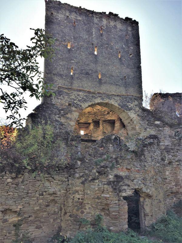 Ruine des Fuerstenturms auf der Bauernburg von Keisd / Saschiz in Siebenbuergen
