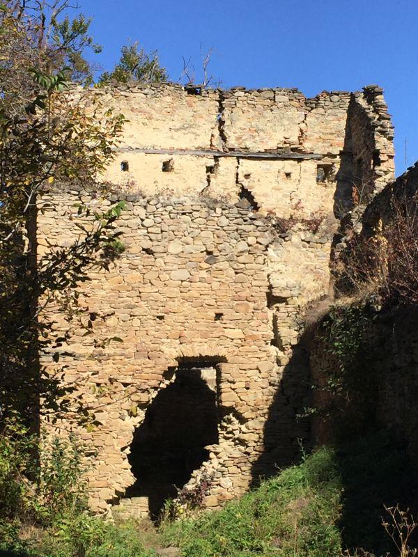 Ruine eines Festungsturms der Keisder Bauernburg in Siebenbuergen