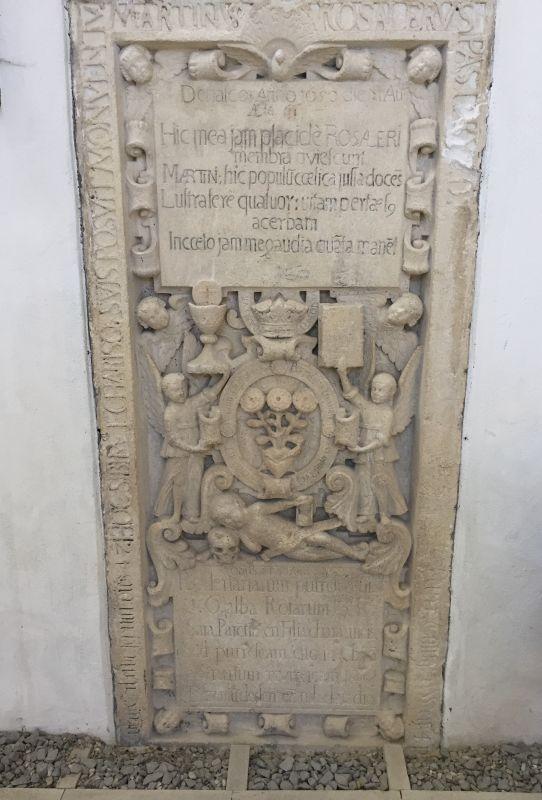 Grabplatte aus dem 17. Jahrhundert in der Wehrkirche von Keisd, Siebenbuergen