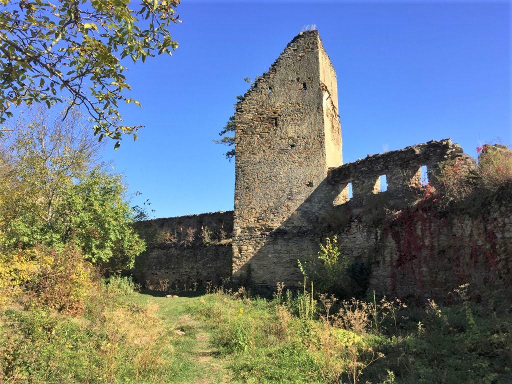 Ruine der Festungsmauer der Keisder Bauernburg in Siebenbuergen