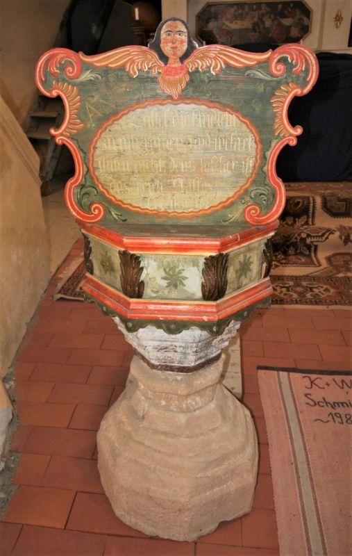 Taufbecken der Kirchenburg von Klosdorf / Cloaşterf in Siebenbuergen