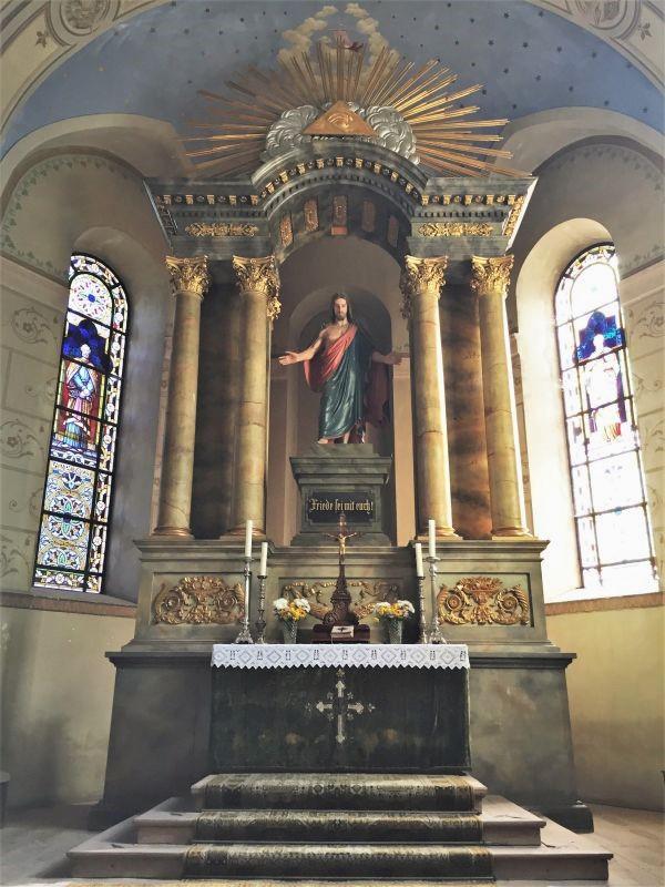 klassizistischer Altar mit segnendem Christus in der evangelischen Kirche von Neustadt / Cristian bei Brasov