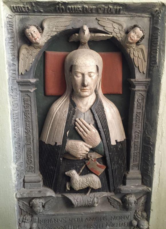 polychromer Grabstein aus dem 17. Jahrhundert mit dem Portraet der Pfarrfrau Anna Maius in der Kirche von Neustadt / Cristian, Siebenbuergen