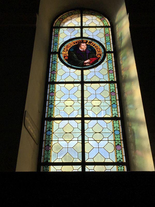 Glasfenster mit Luther-Portraet in der Kirche von Neustadt / Cristian, Siebenbuergen