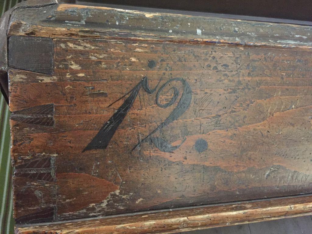 Kennzeichnung der Kirchenbaenke in Neustadt / Cristian