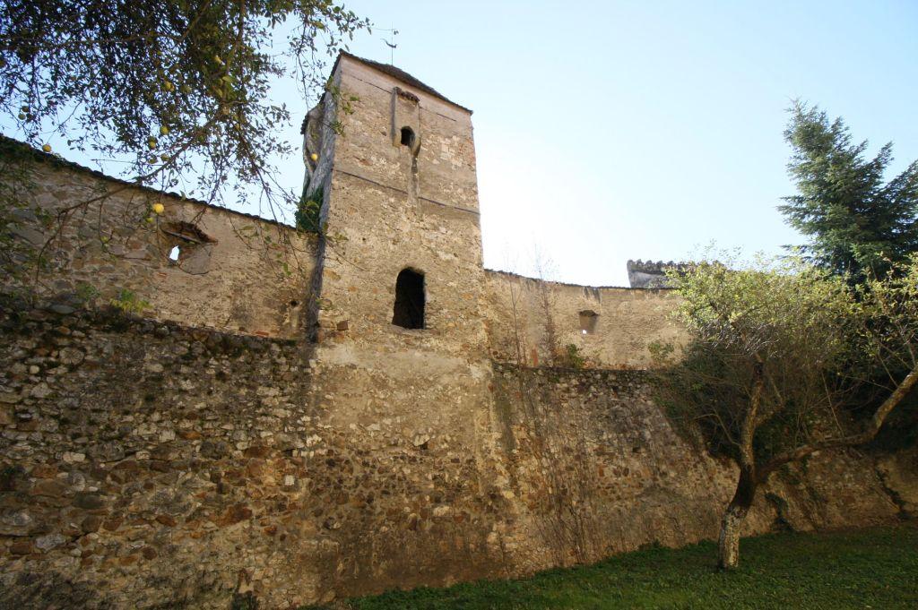 Mauerring mit Wehrturm der Kirchenburg von Neustadt / Cristian