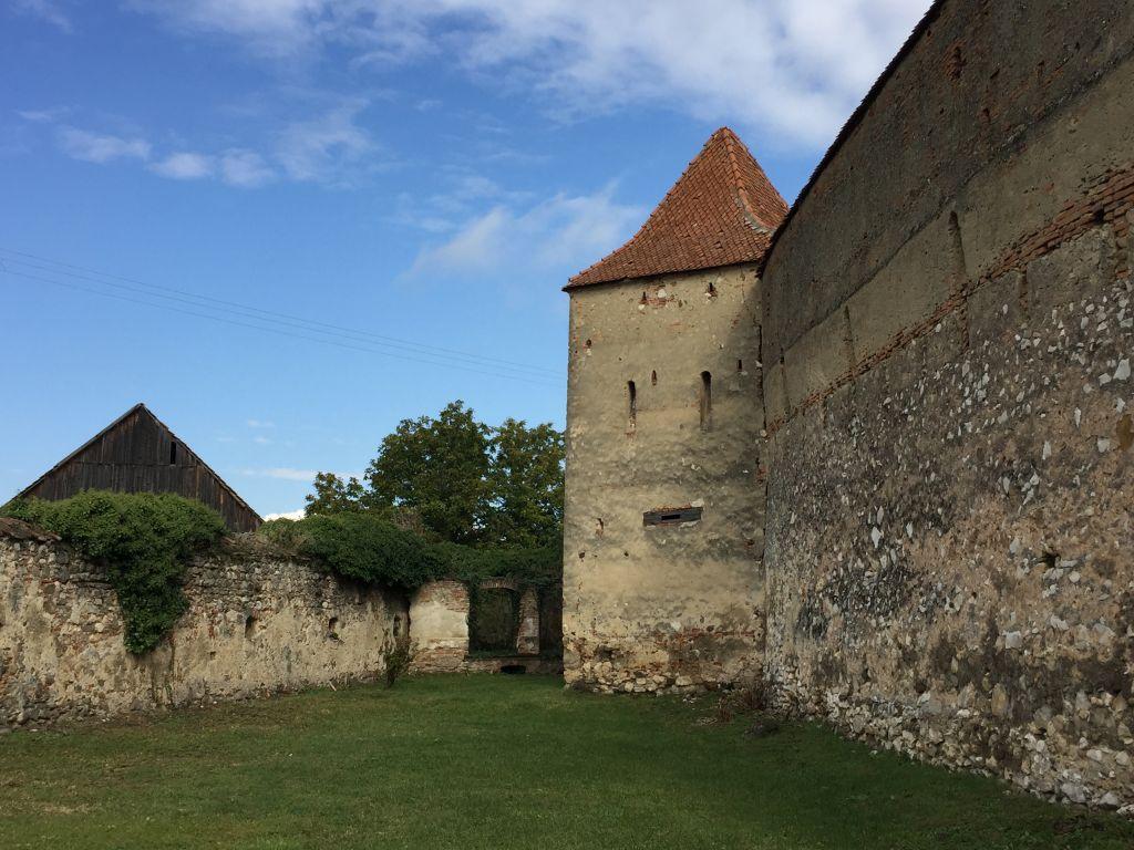 Zwinger mit Wehrturm der Kirchenburg von Petersberg, Sanpetru