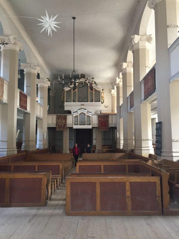 Innenraum mit Blick auf die Orgel der evangelischen Kirche von Petersberg im Burzenland