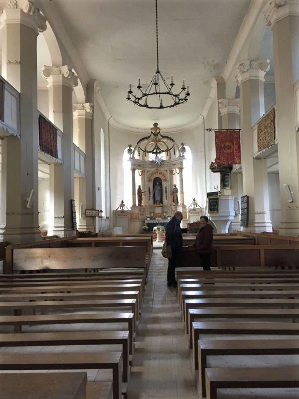 Innenraum mit Blick auf den Altar der evangelischen Kirche von Petersberg, Sanpetru