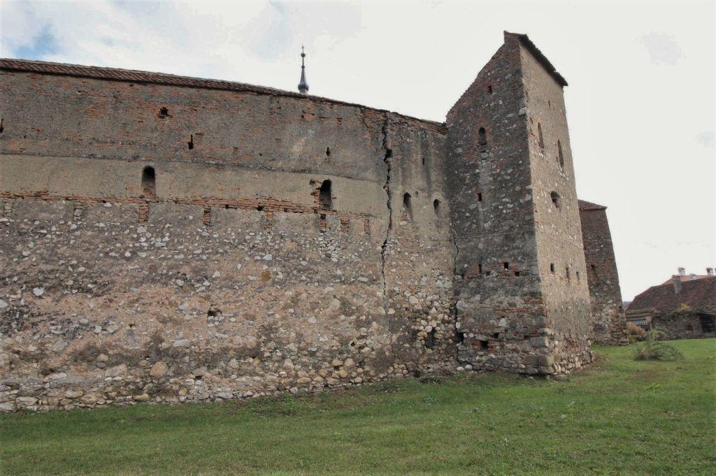 aeußere Ringmauer mit Wehrturm der Kirchenburg von Petersberg, Sanpetru