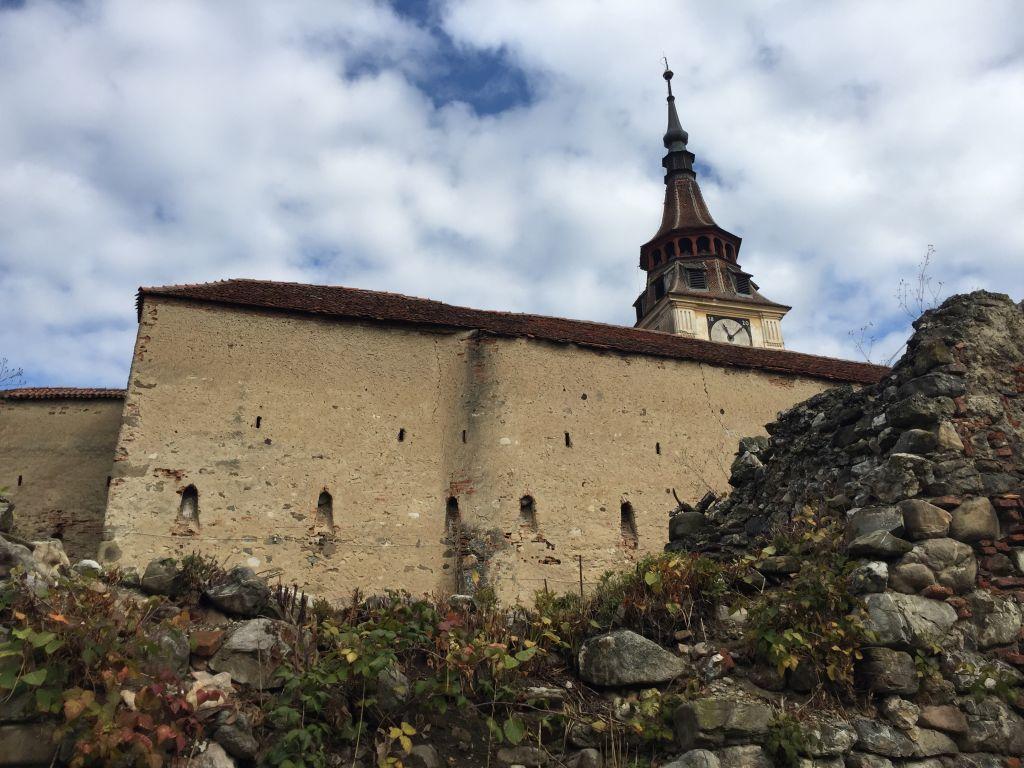 Ringmauer mit Kirchturmspitze der Kirchenburg von Petersberg, Sanpetru
