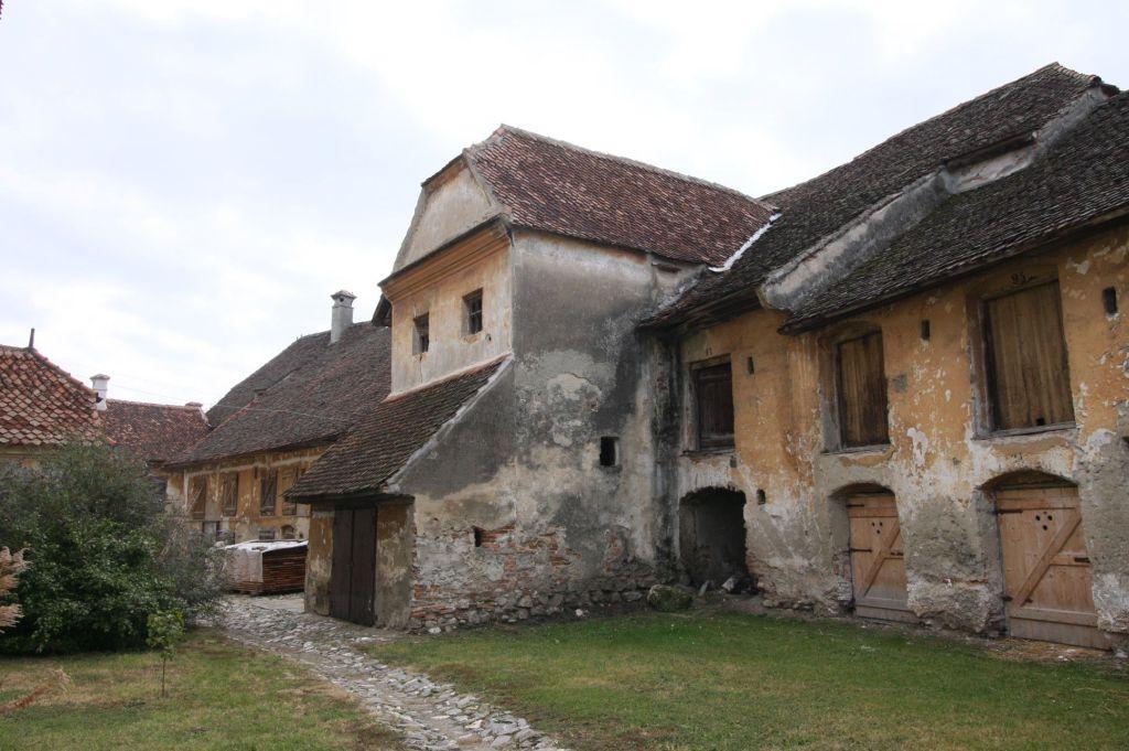 Kornkammern und Schulhaus an der inneren Ringmauer der Kirchenburg von Petersberg, Sanpetru