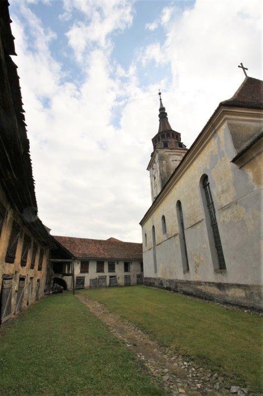 innerer Bering mit Kirche der Kirchenburg von Petersberg, Sanpetru