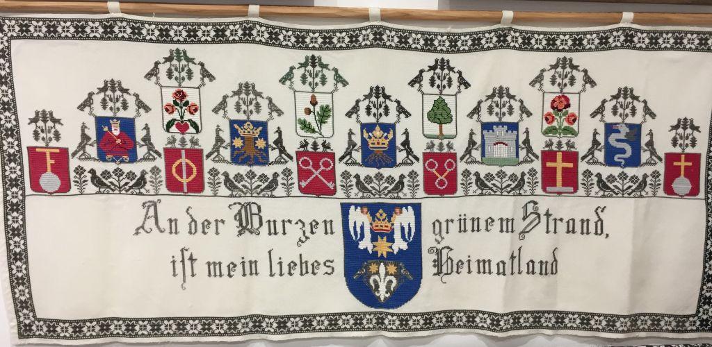 gestickter Wandschoner mit Burzenland-Spruch