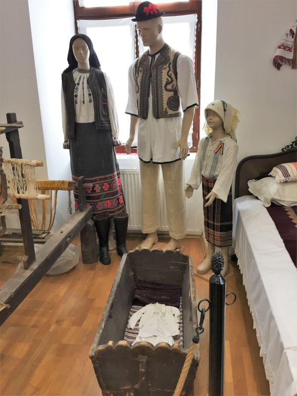 rumaenische Trachten ausgestellt im Museum der Traditionen in Zeiden / Codlea