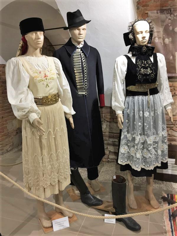 Siebenbuergisch-Saechsische Trachten im Museum der Traditionen in Zeiden / Codlea