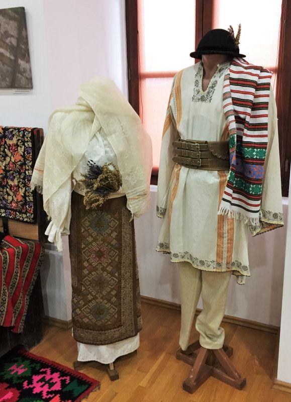 rumaenische Tracht ausgestellt im Museum der Traditionen in Zeiden / Codlea