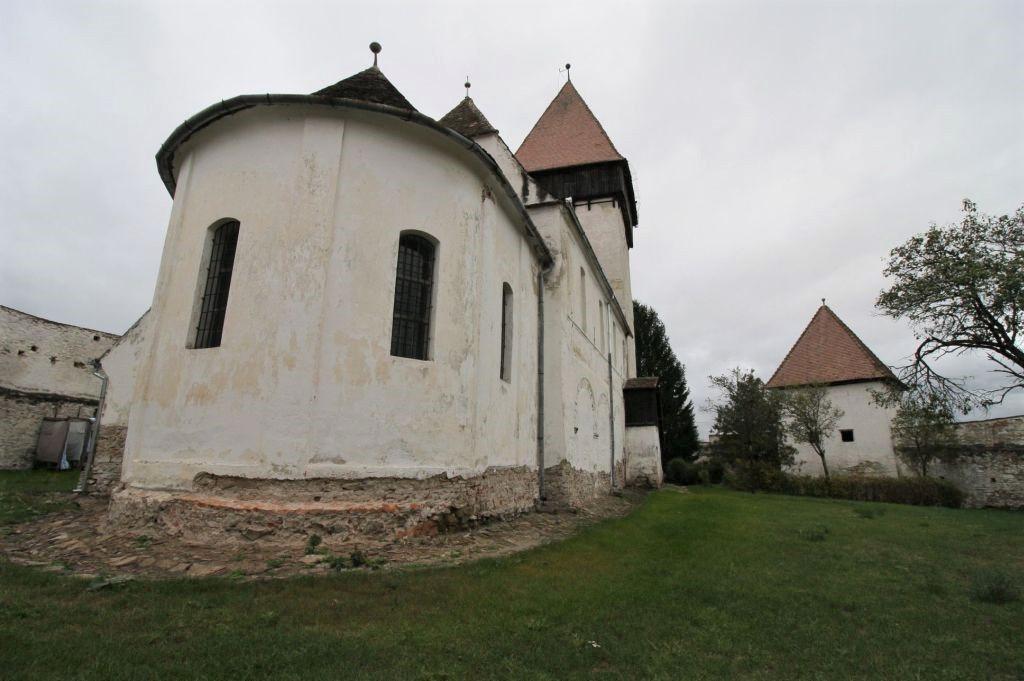 Blick auf den Chor und den Kirchhof der Kirchenburg von Holzmengen, Hosman
