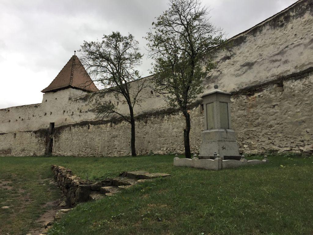 Wehrmauer der Kirchenburg von Holzmengen, Hosman