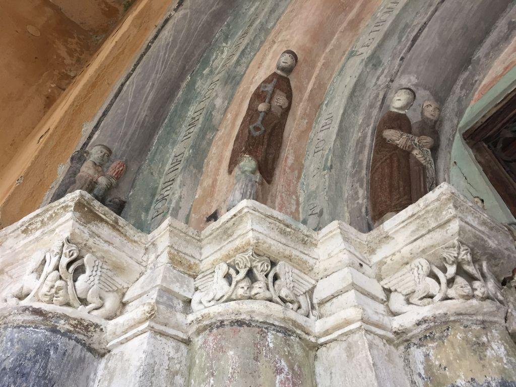 Relieffiguren und Kapitelle mit Chimaeren am romanischen Portals der Kirche von Holzmengen, Hosman im Harbachtal