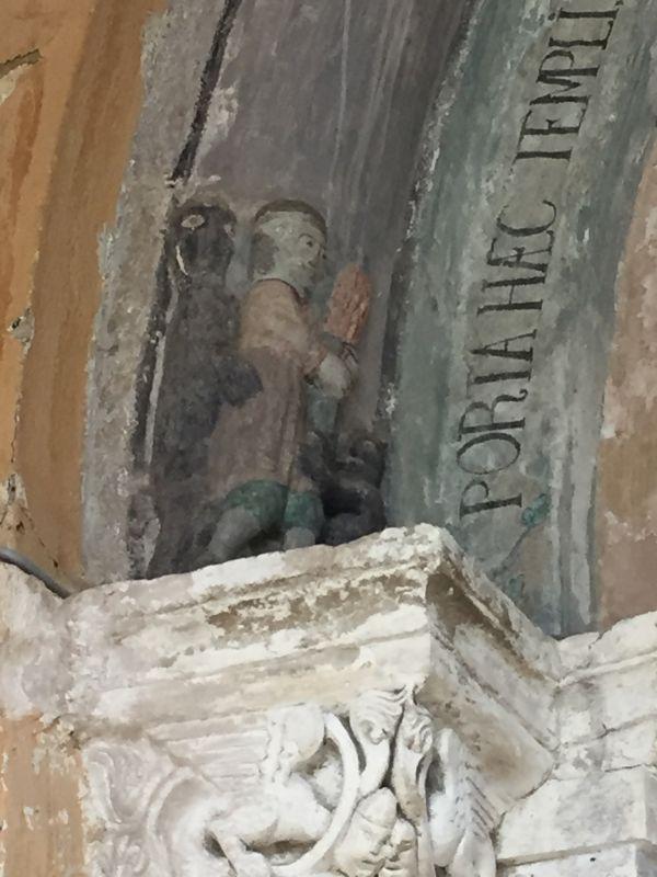 Relieffigur eines Mannes, der von zwei Teufel verfuehrt wird, romanischen Portal der Kirche von Holzmengen, Hosman im Harbachtal