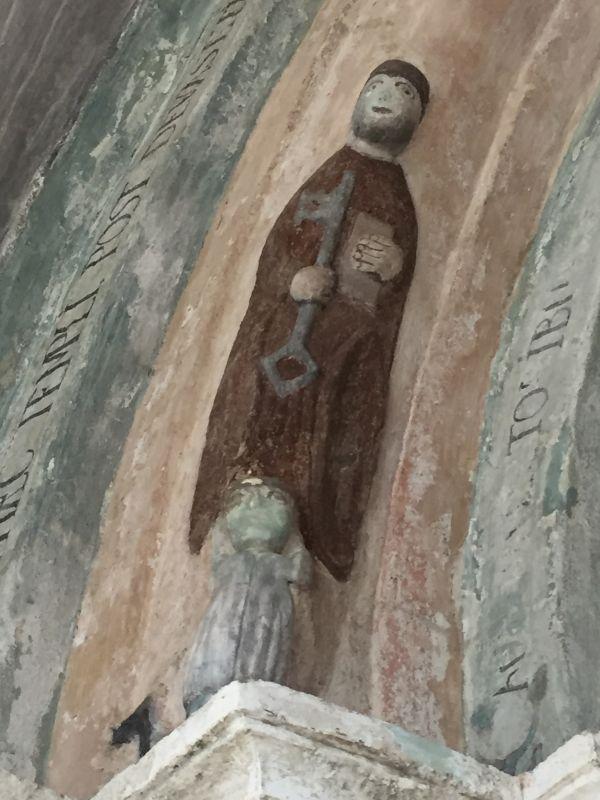 Relieffigur des Heiligen Petrus am romanischen Portal der Kirche von Holzmengen, Hosman im Harbachtal