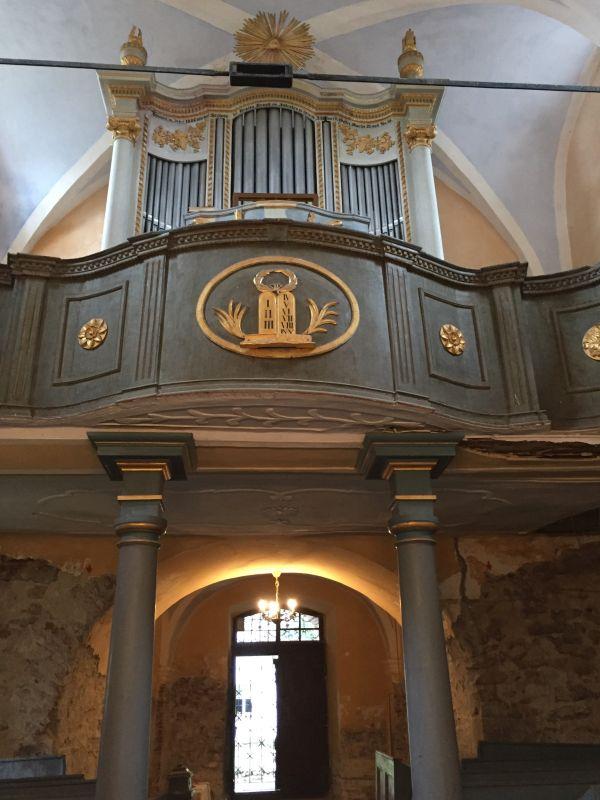 Maetz-Orgel auf der Westempore der Kirche von Holzmengen in Siebenbuergen
