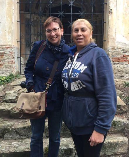 in Reiselaune und Maria Nicula, die Kirchenburgfuehrerin von Holzmengen