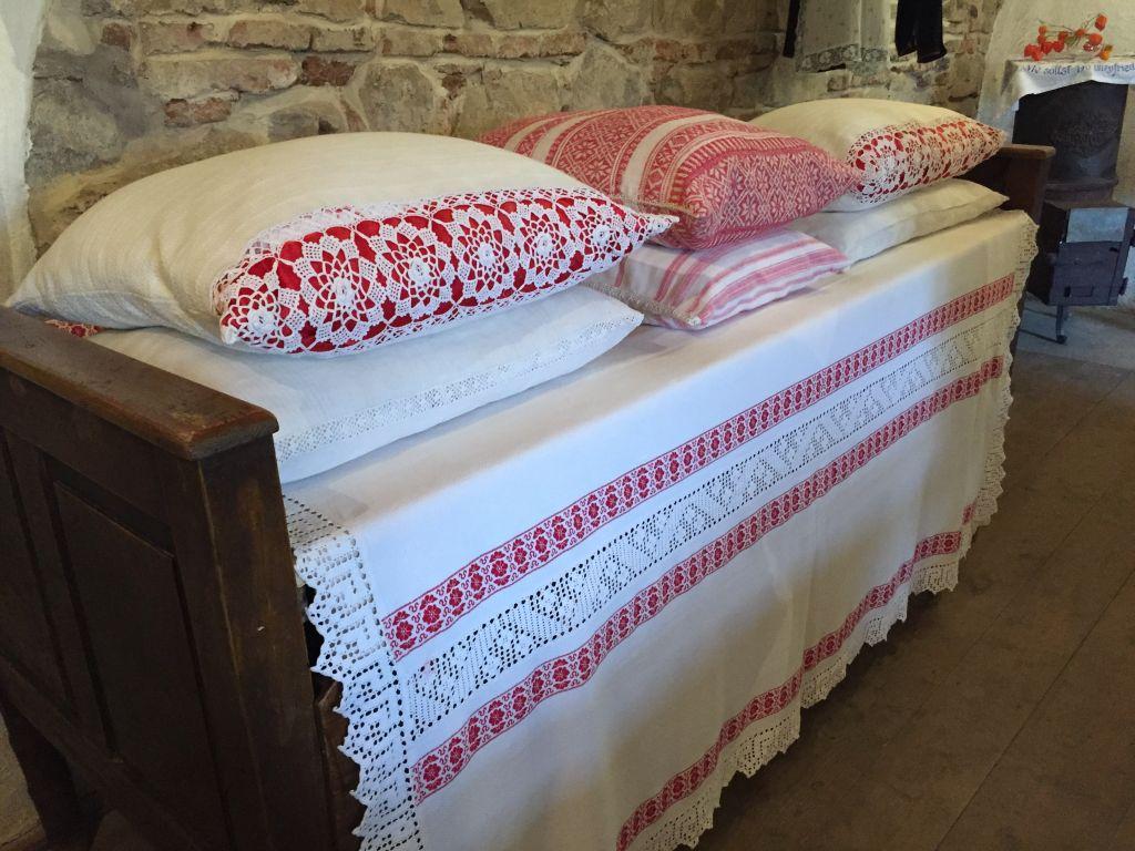 bestickte Kissen im Heimatmuseum von Holzmengen im Harbachtal