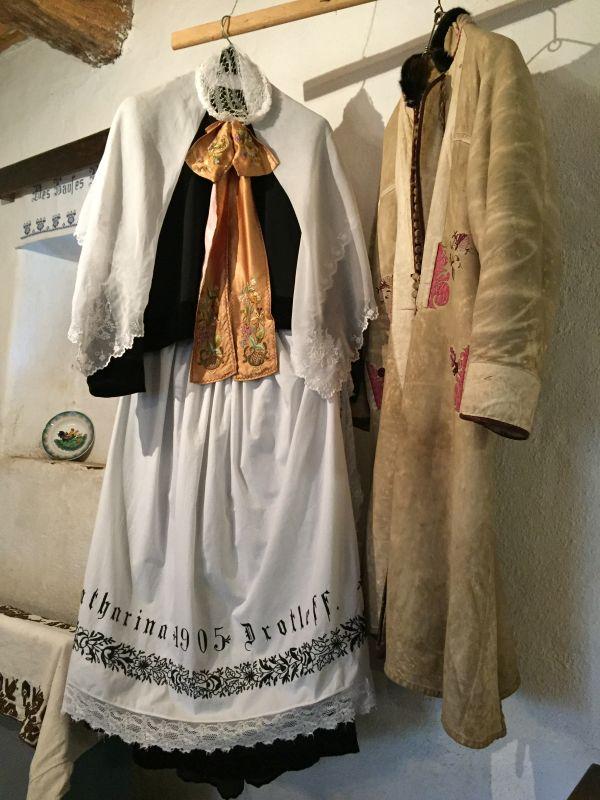 Frauen- und Maennertracht im Heimatmuseum von Holzmengen in Siebenbuergen