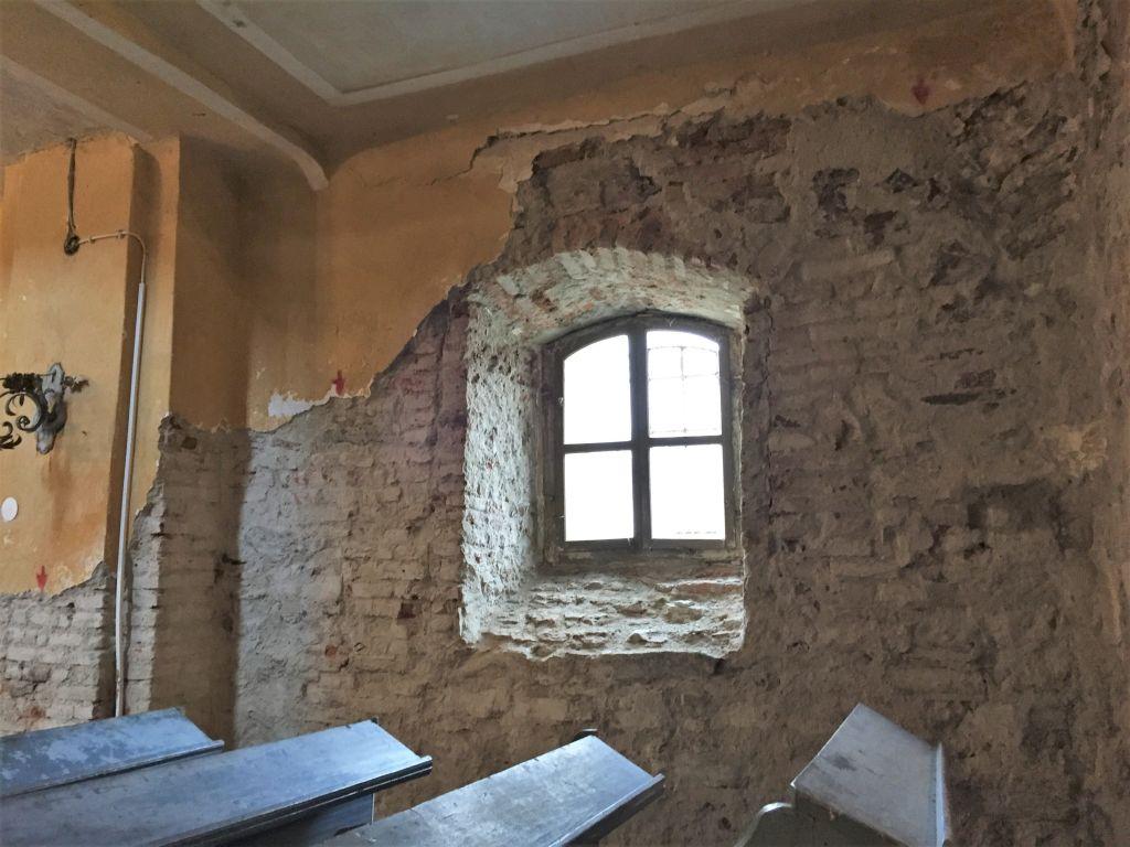 freigelegter Putz in der Kirche von Holzmengen, Hosman