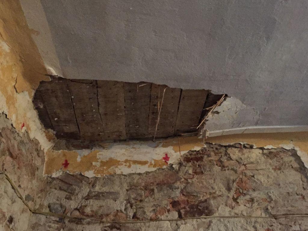 beschaedigte Kirchendecke in Holzmengen im Harbachtal