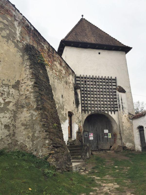 Torturm mit Fallgatter der Kirchenburg von Holzmengen, Hosman