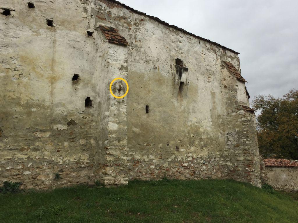 Kanonenkugel in der Wehrmauer der Kirchenburg von Holzmengen, Hosman
